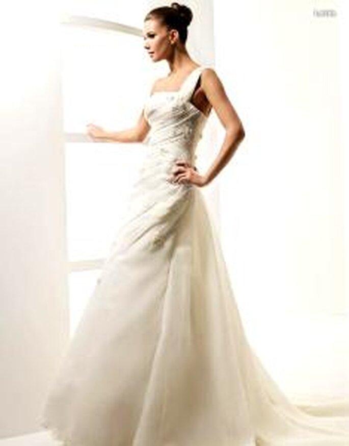 La Sposa 2010 - Latido, vestido largo de líneas diagonales con bordados en pedrería, escote transversal