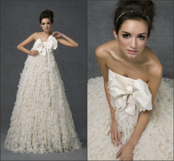 Vestido de novia Santos Costura 2012 confeccionado en tul sedoso a modo de pequeños volantes verticales, y con gran lazada de tafetán de seda en el escote