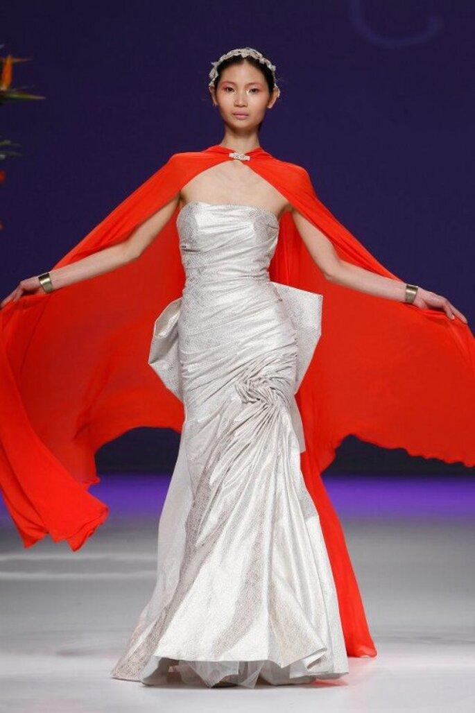 Vestido de novia 2013 en color plata con capa en tono rojo intenso - Foto Carla Ruiz Facebook
