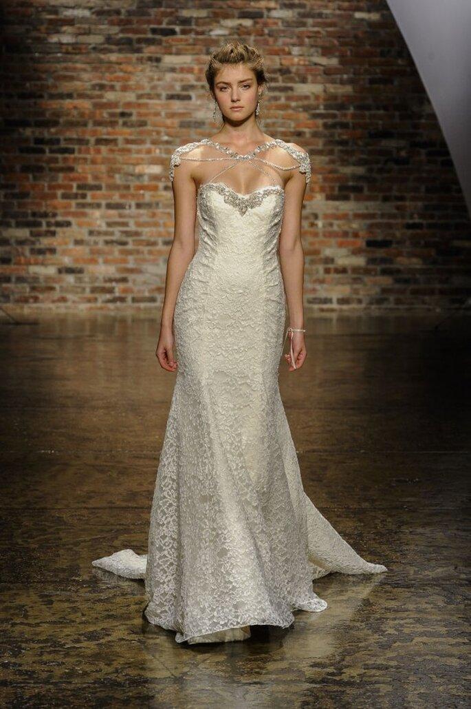 Vestido de novia con silueta columna, cauda larga y detalle de pedrería como complemento - Foto Hailey Paige