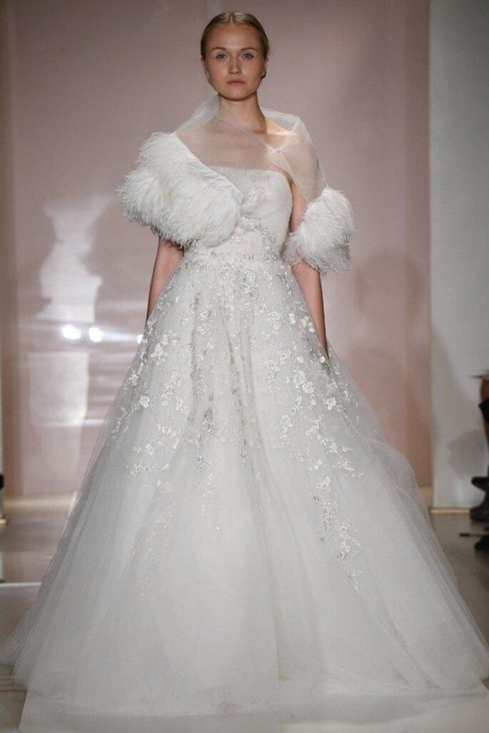 Vestido de novia con flores en relieve - Foto Reem Acra