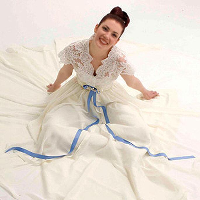 Seductor vestido con lazo azul de Virginia Cadena Romancero