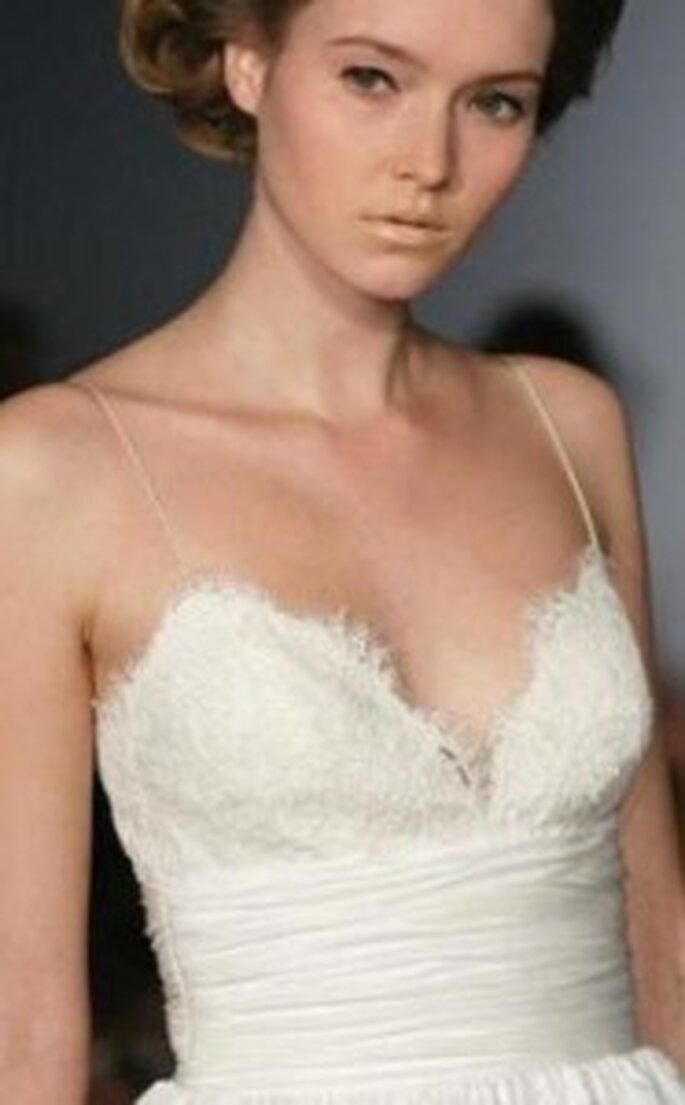 Vestido de novia con una faja blanca drapeada en forma de cinturón