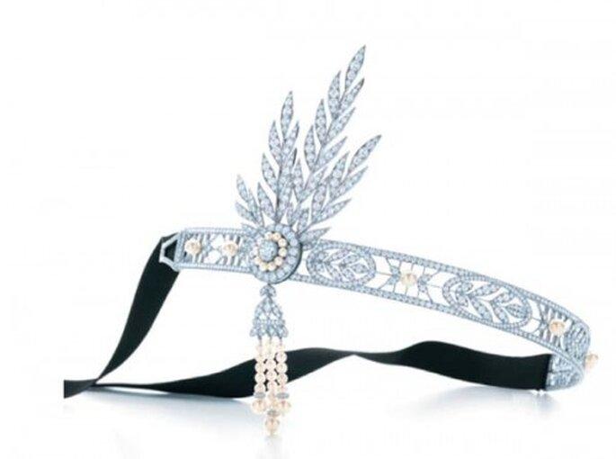 Banda estilo bohemio cubierta de pedrería y detalles de perlas - Foto Tiffany