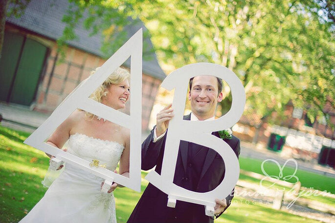 Iniciales de los novios en tamaño extra grande para las fotos de la boda. Foto: Anne-Kathrin Behnke - www.anneundbjoern.com