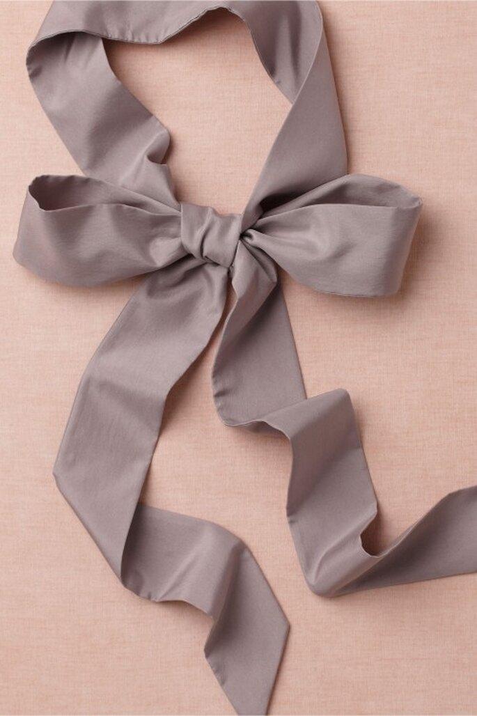 Lazo para complementar vestido de novia en color lila - Foto BHLDN