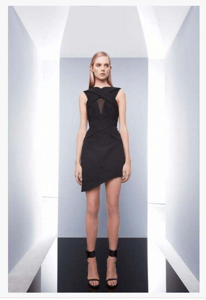 Vestido de fiesta 2014 en color negro con falda asimétrica y escote cruzado - Foto Camilla and Marc