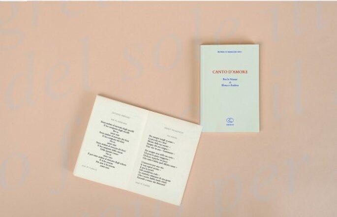 La cura dei dettagli, la rilegatura a mano, la carta pregiata di un libro bomboniera di Xenion Edizioni