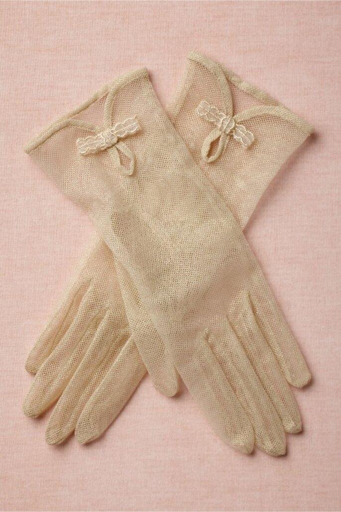Guantes con textura calada como accesorio para novia - Foto BHLDN