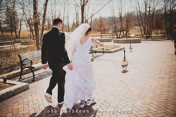 Novios con tenis: un detalle original para la sesión de fotos después de la boda. Foto: