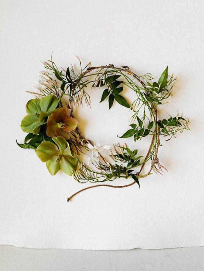 Utiliza una corona de flores para tu boda. Fotografia BHDNL