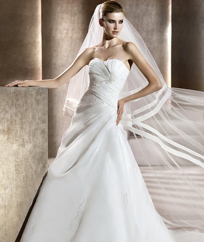 Vestido de novia con líneas asimétricas. Pronovias 2012