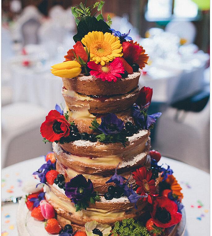 Naked cake decorado con flores y frutas naturales. Foto: We Heart Pictures