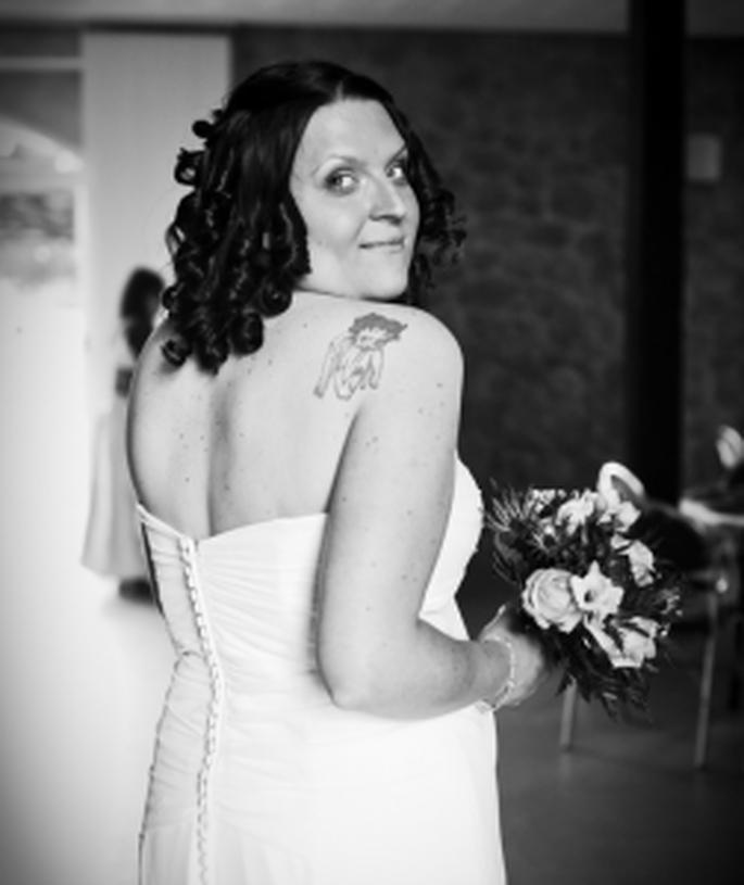 Braut mit Tattoo - warum nicht die Tätowierung zeigen? Foto: Mélissa Lenoir