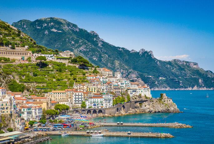 Ciudad de Amalfi en la famosa costa de Amalfi en el Golfo de Salerno, Campania, Italia.