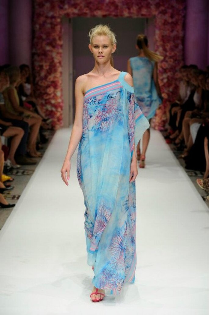 Vestido de fiesta largo con escote asimétrico y estampado colorido - Foto Basler