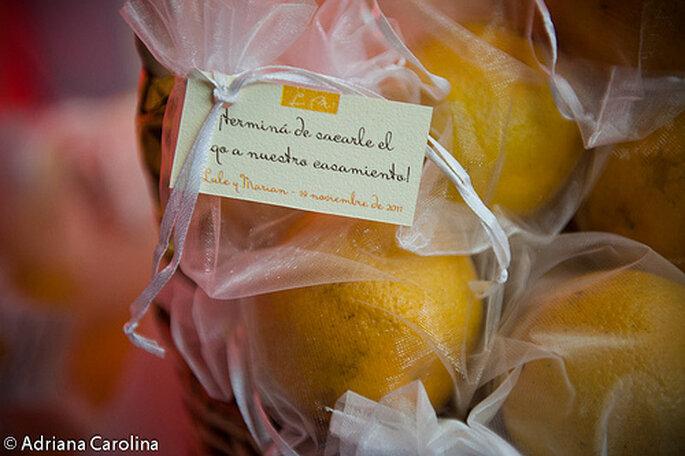 Los bocadillos dulces también pueden ser un bonito recuerdo para los invitados. Foto de Adriana Carolina