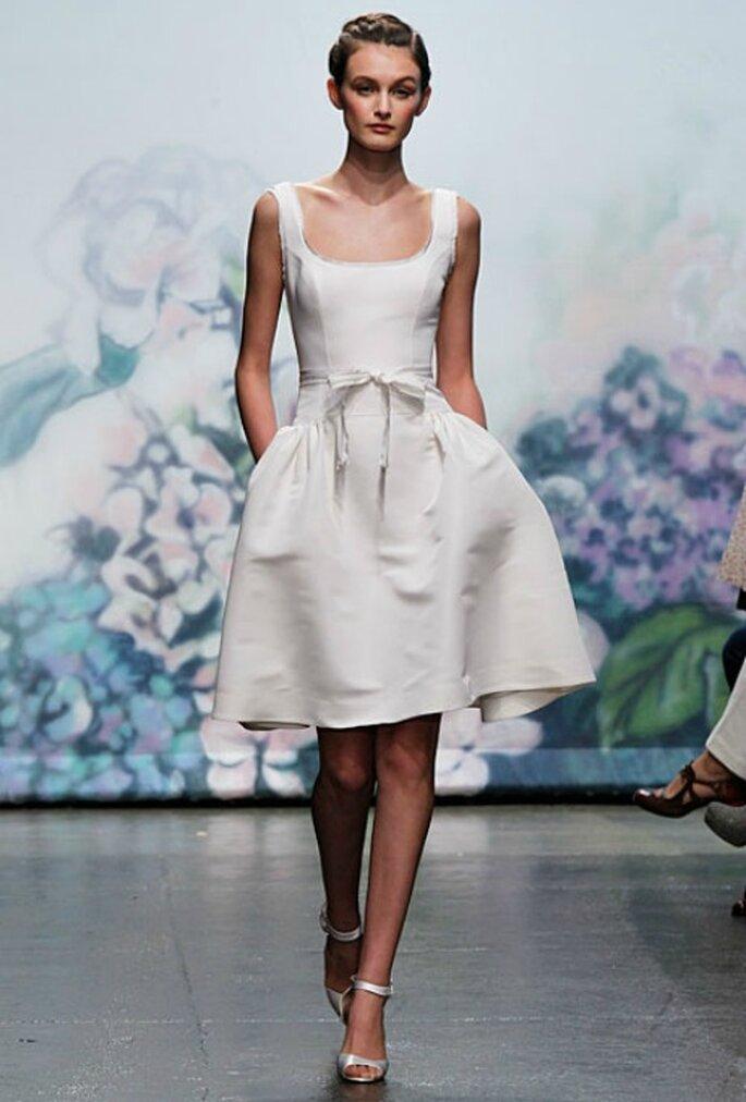 Perfetto per una cerimonia abbastanza informale questo abito di Monique Lhuillier Collezione 2012 Mod. Posey Foto www.tj-bridalgallery.com