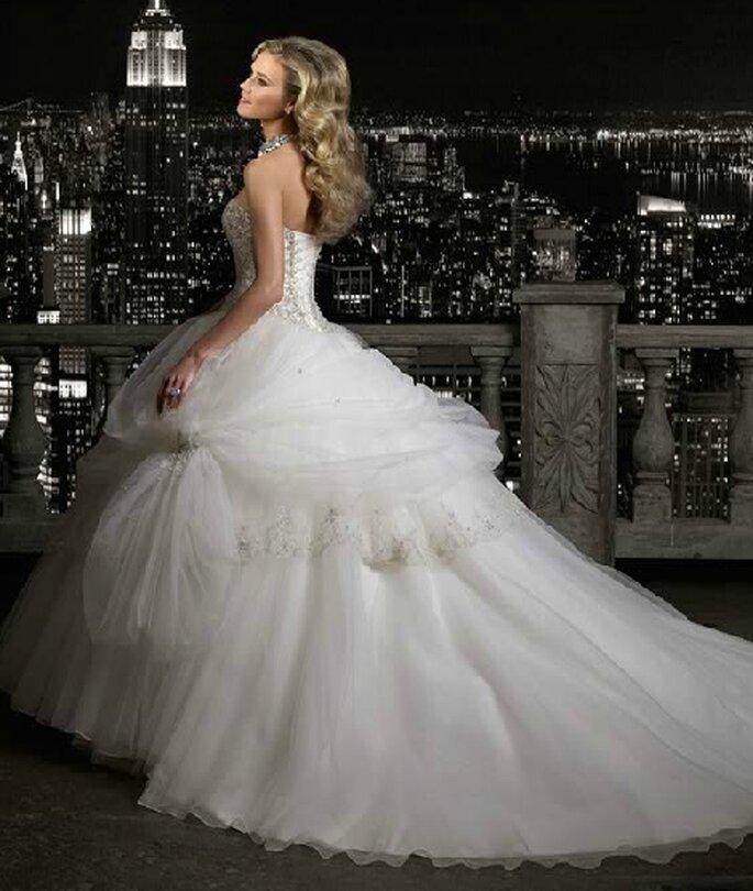 Vestido de novia con cauda larga. Bridenformal 2012