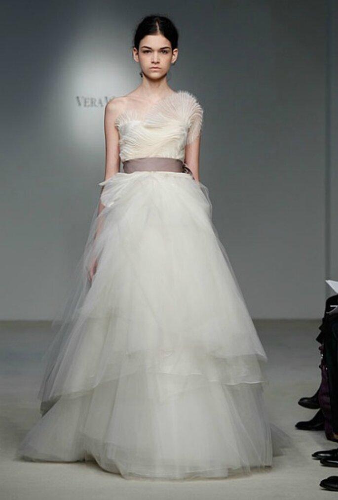 Vestido de novia de tul con cinta en contraste. Vera Wang Colección 2012