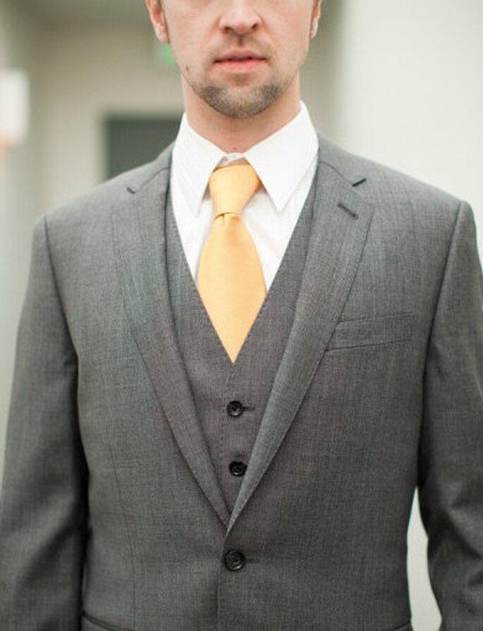 Männer greifen zu grauen Anzügen mit farbenfrohen Krawatten – Foto: Yan Photo