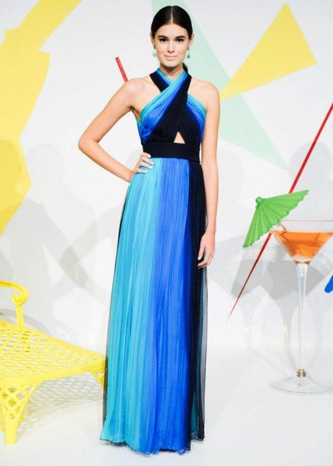 Vestido de fiesta largo en tonalidades de azul con escote cruzado y tendencia degradé - Foto Alice + Olivia
