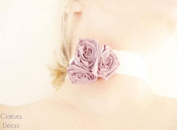 Collier de mariée ras de cou, boutons de rose parme - Photo : Cereza sur la déco