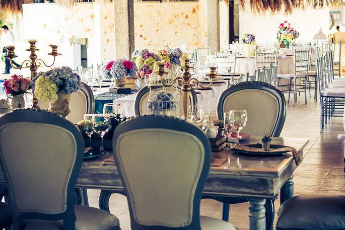 Candelabros y mesas estilo antiguo para dar un toque especial a la mesa principal. Foto: Rocha Fotografía – Decoración: Casa Grimaldi