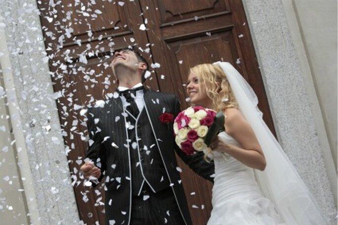 Esplosione di gioia all'uscita dalla Chiesa. Foto di Renato Donghi