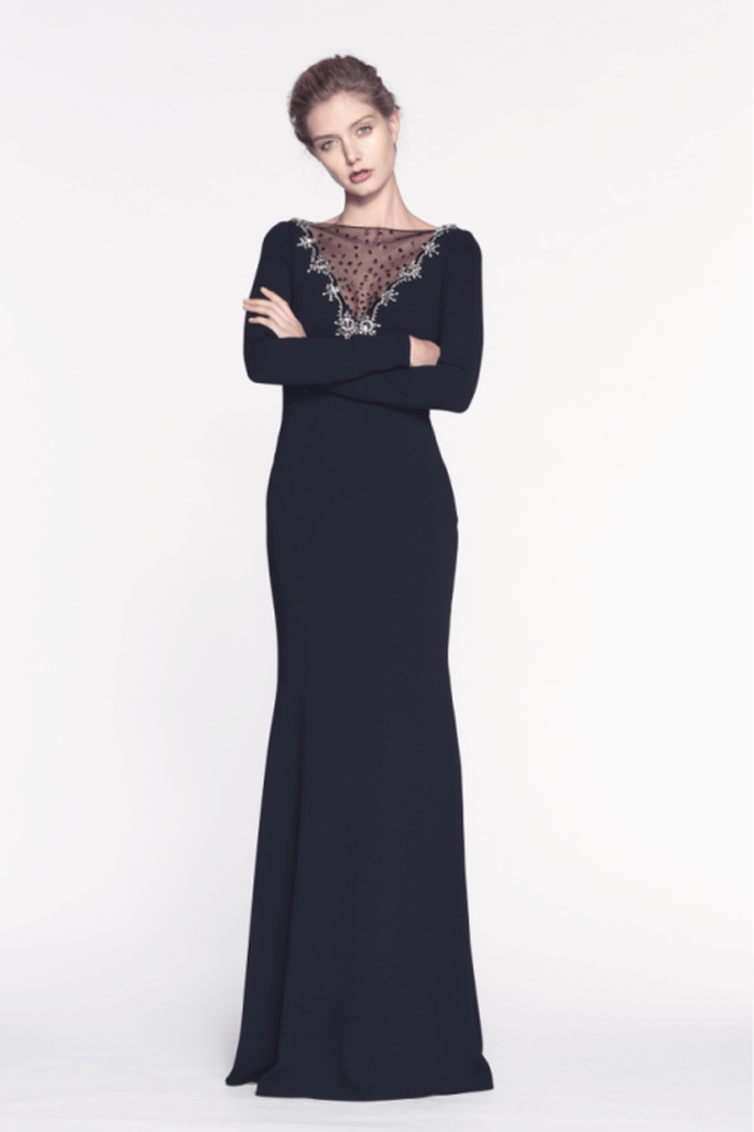 Vestido de fiesta largo en color negro con escote en V estilo ilusión y mangas largas - Foto Pronovias