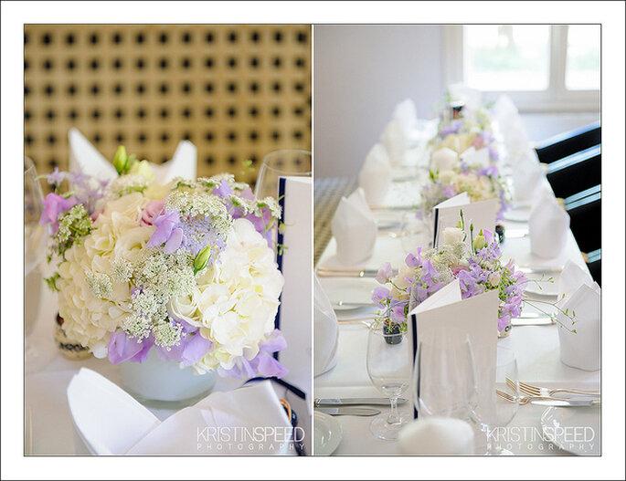 Flores de color lavanda y blanco para una decoración equilibrada. Foto: Kristin Speed