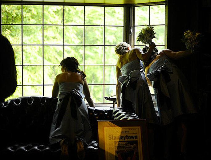 Damas de honor resguardándose de la lluvia. Foto: Carla Ten Eyck