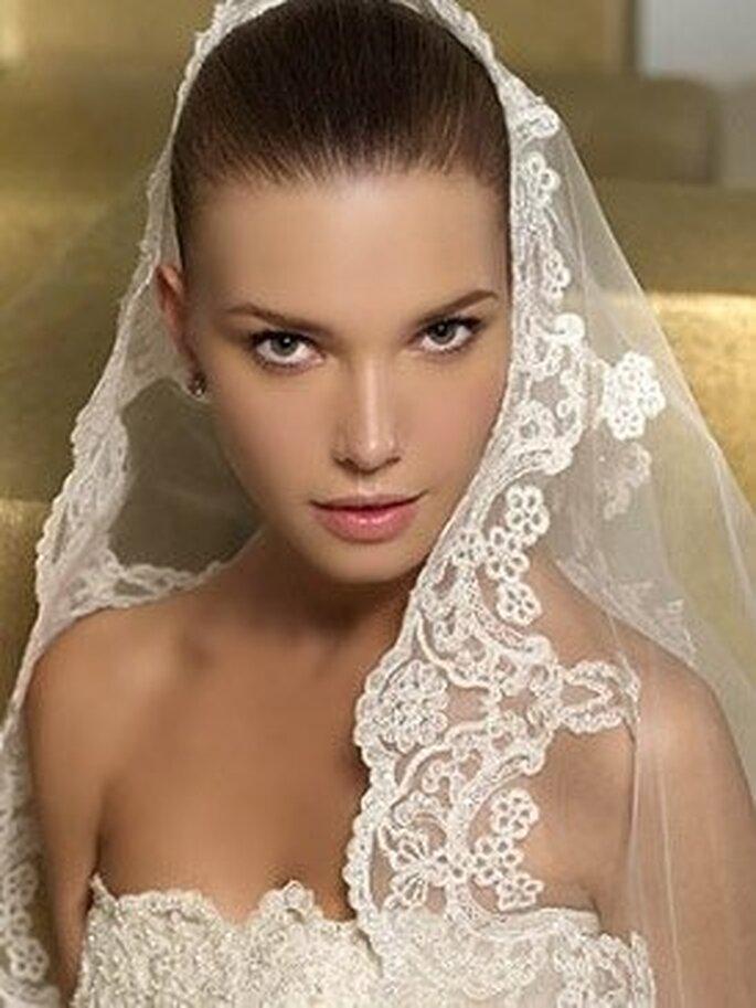 Strenge Brautfrisur mit zurück gebundenen Haaren und Schleier