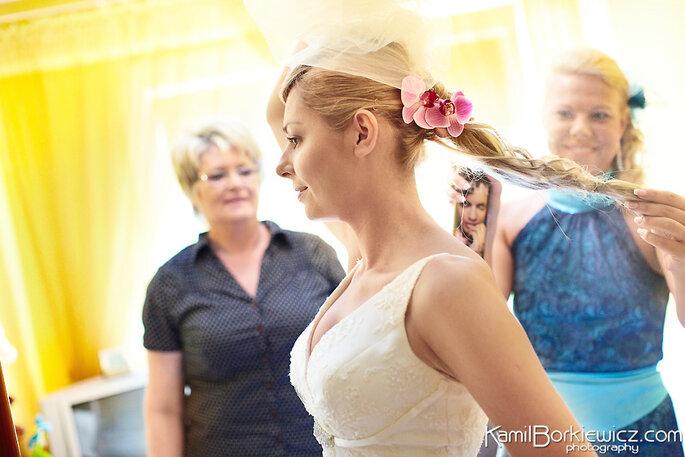 Un adorno rosa en puede dar vitalidad y realce a tu vestido. Foto de Kamil Borkiewicz