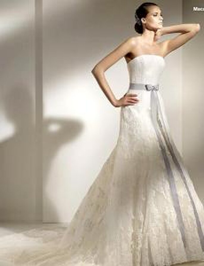 Pronovias 2010 - Macarena, vestido largo en encaje, corte princesa, palabra de honor recto, lazo azul