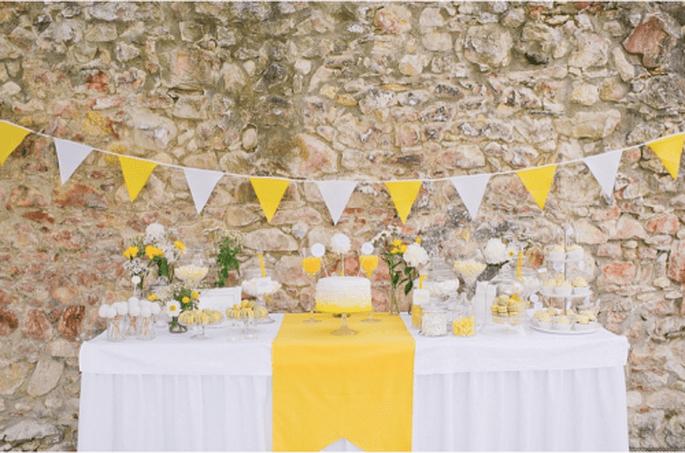 Decoración de boda con tira de banderines para fiesta. Fotografía Nadia Meli