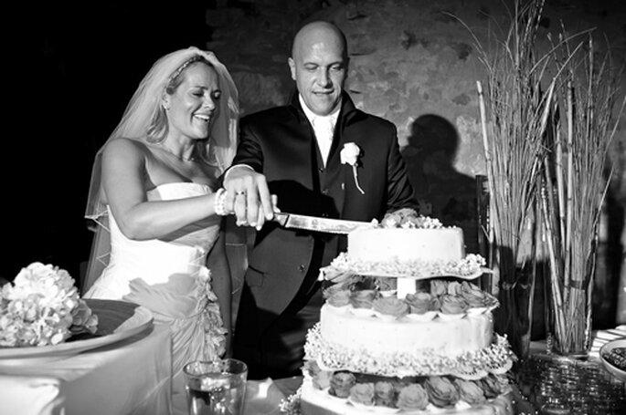 Anschnitt der Hochzeitstorte. - Foto: Benni Wolf.