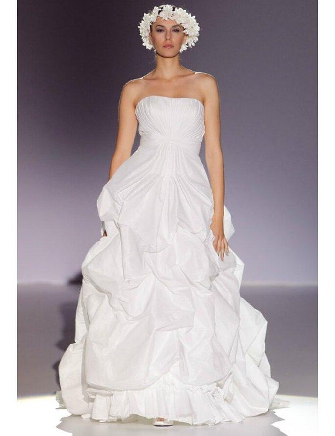 Hochzeitskleider von Manu Alvarez Kollektion 2012 mit ausgestelltem Rock.