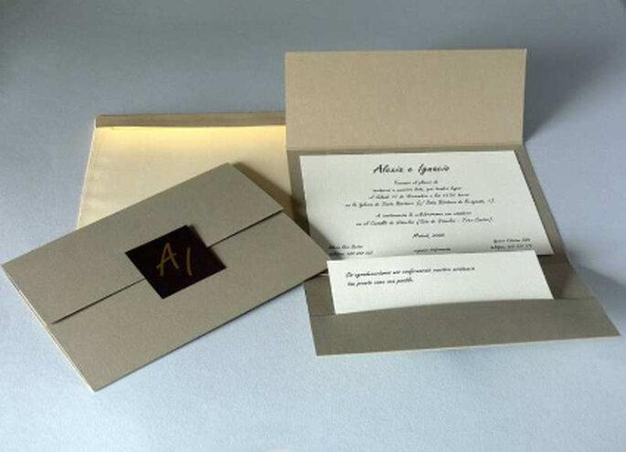 Invitación en papel color blanco con elegante sobre dorado lacrado en negro: una apuesta a la delicadeza y elegancia