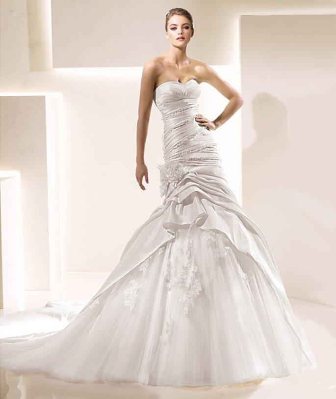 Vestido de novia con líneas asimétricas y falda con tul de La Sposa 2012