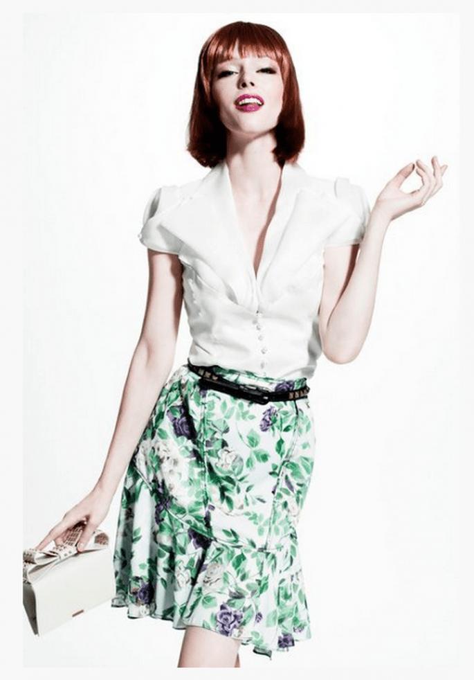 Falda corta con estampado de flores y blusa blanca a juego - Foto Z by Zac Posen