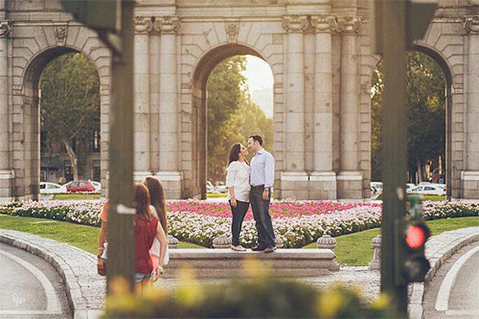 La Puerta de Alcalá es el marco ideal para un beso de película. Foto: Nano Gallego