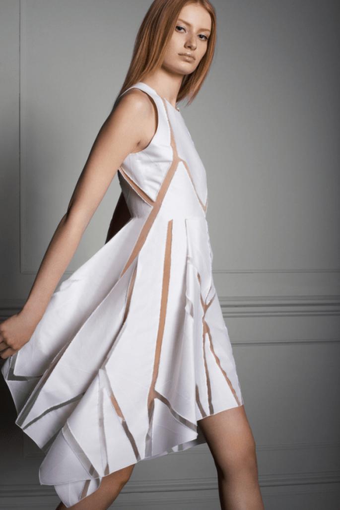 Vestido de fiesta en color blanco con cortes y transparencias asimétricas - Foto Elie Saab