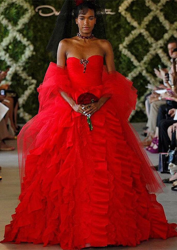 Vestito da sposa rosso acceso con gonna multistrato e scollatura a cuore. Oscar de la Renta 2013. Foto: Dan Lecca