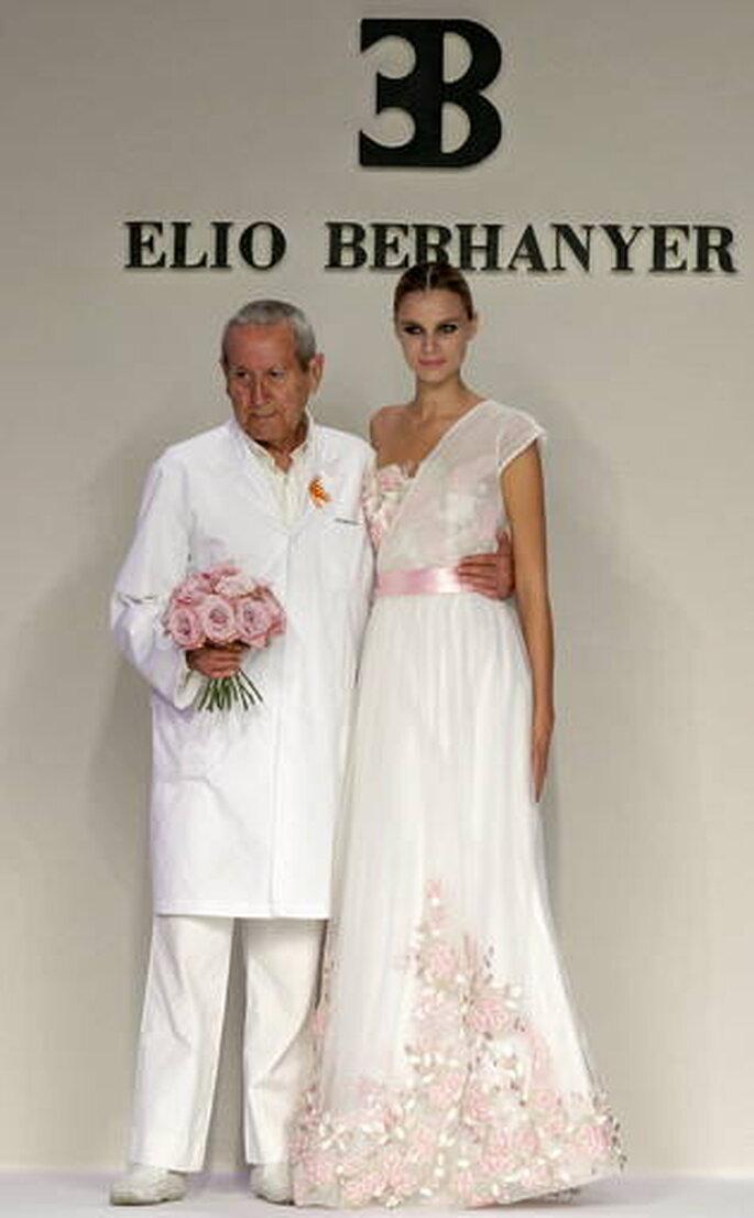 Cierre del desfile con un modelo muy romantico en blanco y rosa