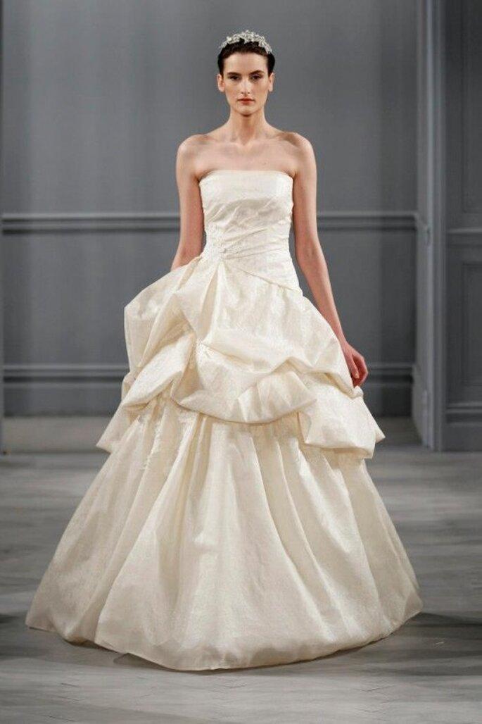 Vestido de novia corte princesa con escote strapless y falda con superposición de volúmenes - Foto Monique Lhuillier