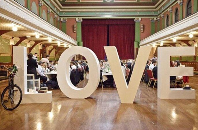 Decoración de boda con divertidas letras - Foto Bayly & Moore