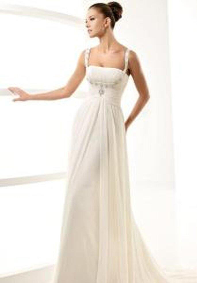La Sposa 2010 - Label, vestido largo corte imperio, detalle en pedrería en el pecho. Cuerpo drapeado