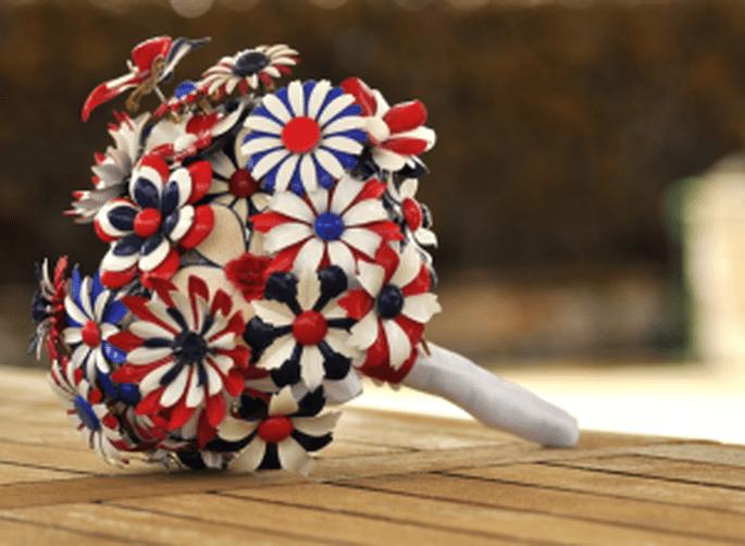 Un ramo de novia de alfiles con los colores de la bandera británica