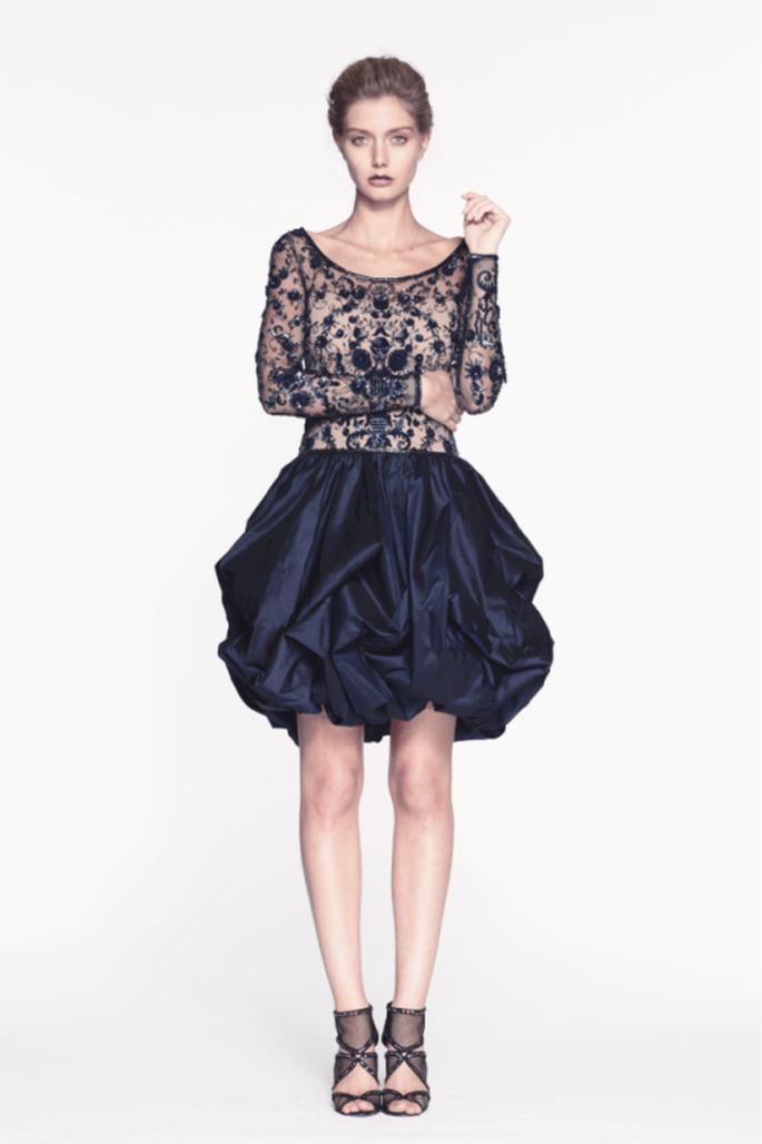 Vestido de fiesta corto en color azul marino con escote redondeado y falda voluminosa - Foto Reem Acra